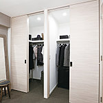 衣類など、豊富な収納で室内をすっきりさせるウォークインクローゼットを採用。