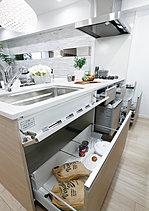 お料理しながらでもリビングの様子が見渡せるよう、障害物のない開けた視界を確保したオープンカウンターキッチンを採用。家族と会話を楽しみながらのキッチンワークを可能にしました。