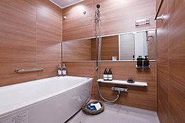 浴室には、ゆったりとくつろげる浴槽や優雅な空間を演出するダウンライト、床には乾きやすいフラッグストーンフロアを採用しました。