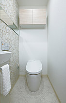 スマートなタンクレストイレは、清潔さにこだわった快適なウォシュレット付き。ハイブリッドエコロジーシステムで節水効果があります。