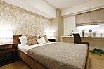 主寝室はシンプルで落ち着きのある空間設計。