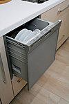 見た目にもすっきり、機能的なビルトイン式の【食器洗浄乾燥機】を全戸に標準装備。場所もとらず、後片付けもスムーズです。<参考写真>
