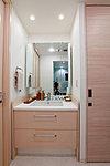 床にタイルを敷き詰めたホテルのような格調高いパウダールームは収納付の大型三面鏡とデザイン性にも優れた混合水栓を搭載。<モデルルームCタイプ>