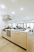 キッチンは毎日使う場所だからこそ、機能性と使い勝手、そしてなによりお料理が楽しくなる工夫を随所に施しました。<モデルルームCタイプ>