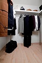 豊富な収納で室内をすっきりさせるウォークインクローゼットを全戸に採用。寝具やスポーツ用品、スーツケースなどもすっきりと収めることができます。見た目だけでなく機能性にも優れています。<モデルルームCタイプ>