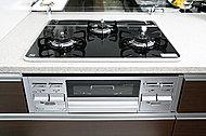 だれもが安心して料理を楽しめるようさまざまな安全機能を搭載。一定の温度以上になると火が消えるSiセンサーコンロにより安心調理をバックアップ。