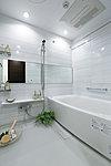 優雅さを演出するダウンライトや経済的な保温浴槽を設置。床には水はけがよく乾きやすい「フラッグストーンフロア」を採用しています。