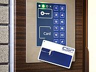 24時間365日安心のセキュリティ。高機能化するカードをかざすだけの簡単操作やICによる確実な認証など、数々のメリットが暮らしを守ります。