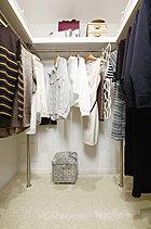大容量のウォークインクローゼットには、ハンガーパイプのほか上部にも棚を設置しているので、衣類やカバン、スポーツ用品など様々なアイテムがたっぷり収納できます。