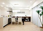 明るく広々したオープンタイプのキッチンを標準装備で、リビング・ダイニングは開放感を演出。(施工例)