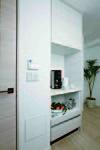キッチンの面材と同色の食器棚は、家電製品なども無理なく置けるた、キッチンまわりはいつもスッキリ。(同等仕様)