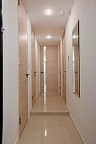 お客様をお迎えする玄関は、すっきりと。外出時に身だしなみを確認できるようオリジナル姿見鏡も標準装備しました。(施工例)