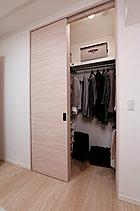 大容量のウォークインクローゼットには、ハンガーパイプのほか上部にも棚を設置しているので、衣類やカバン、スポーツ用品など様々なアイテムがたっぷり収納できます。(施工例)