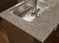 耐久性が高く、お手入れも簡単なフィオレストーンを採用したキッチン天板。約90%の天然水晶を使用し、天然石の風合のままに高耐久性を維持。