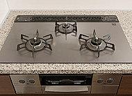 左右のコンロにワイドな火力幅を持たせたWワイド火力バーナーを採用。トロ火の煮込み料理も強火の中華料理も効率よく調理できます。