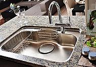 フライパンや大きな鍋も丸ごと洗えるワイドタイプ。水はね音を軽減する静音仕様で水切りカゴを採用しました。