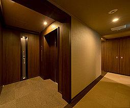 風格漂う内廊下設計。エレベーターホールから私邸へのアプローチは、ホテルライクな内廊下設計とし、上質感と高いプライバシー性を実現しました。
