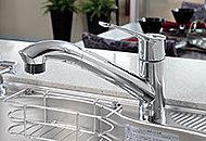 シャワーヘッドが引き出せるため、シンクを楽に掃除できます。シャワーを吐水とストレート吐水も簡単に切り替えることができます。