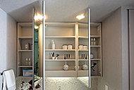 化粧小物などを機能的に整理できる収納付きの三面鏡は、湿気によるくもりを防ぐくもり止めヒーター付き。お風呂上がりのくもりを防ぎます。