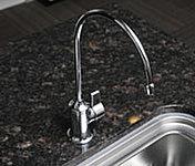 三菱レイヨン製ビルトイン浄水器「クリンスイ」を採用。混合水栓とは別の独立型のため、シンクでお湯や水を使っている時でも浄水器を利用できます。