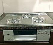 美しいガラストップ。熱に強く、お料理の吹きこぼれもさっと一拭き。焼物の時に水が必要のない無水両面焼きグリル付です。