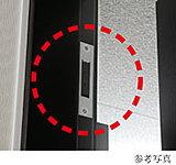 全住戸の玄関ドアと窓(FIX除く)に防犯マグネットセンサーを設置。警戒モードセット時に不正侵入すると警報が鳴り、警備会社に通報されます。