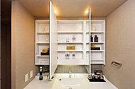 鏡扉の裏面はすべて収納スペース。化粧品や洗面用具等がすっきり収まります。