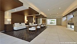 ガラス・石・光が織り成す、エントランスホールの品格。御影石の柱を連続的に配したデザインウォールが、洗練された迎賓の空間を創出。