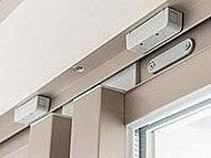 各住戸窓及び玄関ドアには防犯センサーを設置しました。警戒中に窓の防犯センサーが感知すると住戸内のインターホンが鳴動し、警備会社へ自動通報。