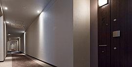 ホテルライクで優雅な雰囲気をたたえ、プライバシーも保持する内廊下設計を採用。シックで落ち着きのあるカラーリングでまとめた上質な仕上げ。穏やかな光がさらなる高級感を演出するなか、それぞれの住戸へゆったり歩んでいただけます。