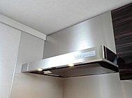 料理中の煙やニオイを強力に排出する整流板付きレンジフードは、外装がステンレス仕上げのスタイリッシュなデザインです。