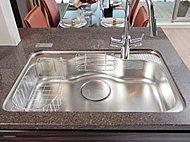 フライパンや大きな鍋もまるごと洗えるワイドタイプ。水はね音を軽減する静音仕様で水切カゴ付きです。
