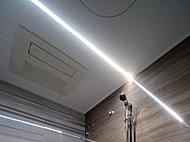 浴室の照明には天井に埋め込まれたスッキリしたデザインのフラットラインLED照明を採用。空間を圧迫せず、浴室を美しく照らします。