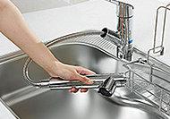 ノズルを引き出してシンクのお掃除もラクにできるハンドシャワー水栓。手軽に使える浄水器一体型としました。