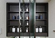 三面鏡裏側は全面収納スペース、化粧品など小物が収納可能。