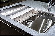 シンクのスペースを3層分活用できる立体構造だから、「洗う」「調理する」「片付ける」を効率的にこなせます。