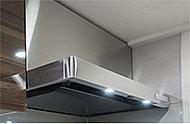 料理中の煙やニオイを強力に排出する整流板には高品位ホーローを採用。油汚れもひと拭きでキレイになります。