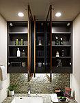 三面鏡裏には収納スペースを用意。小物や化粧品等をすっきり整理して収納できます。