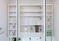 洗面化粧台の三面鏡の鏡裏は収納空間になっており、煩雑になりがちな化粧品や小物類をたっぷり収納できます。