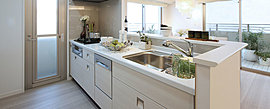 さまざまな機能を搭載しながら、インテリア性を高めたキッチン。料理をスムーズにサーブできるカウンターや使い勝手の良い収納など、細部にまでこだわっています。