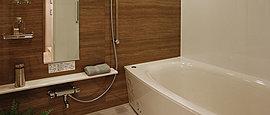 快適なバスタイムを叶える、ゆるやかな曲線を描くバスタブやモダンデザインのシャワー水栓を設置しています。