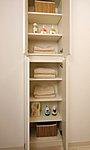 パウダールームにはタオルや肌着類などサニタリー用品の収納に便利なリネン庫を設置。