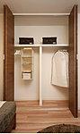 洋室には収納力豊かなクローzセットを設置。