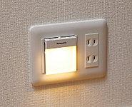 廊下には明るさに応じて自動的に点灯・消灯する足元保安灯を設置、緊急の時には取り外して懐中電灯としてもお使いいただけます。