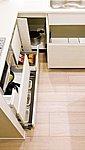 奥の物も取り出しやすい、スライド式の収納。デッドスペースになりがちな足元部分まで無駄なく使える巾木収納も設けています。