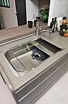 ミドルスペースを備えた900mm幅のワイドシンク。2層構造なので、調理や洗い物が効率よくできます。