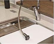 シャワーヘッドが引き出せる便利なシャワー付きの水栓。機能だけでなくデザインにも優れ、対面キッチンで全方位どこから見てもキレイなデザインです。