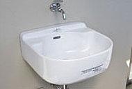 鉢植えへの水やりやアウトドア用品の水洗いなどに便利なスロップシンクを設置しています。