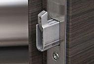 バールなどによるこじ開けに対し強化を図る頑丈な鎌式デッドボルト錠を装備。