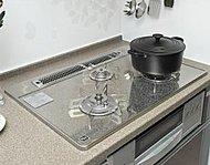 コンロのプレートにはお手入れしやすいハイパーガラスコートトップコンロを採用。